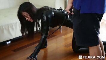 Fejira com – Latex-clad slave girl treated like a dog